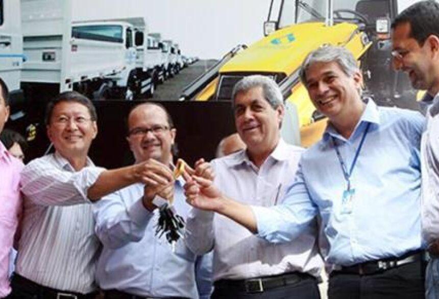 Prefeito Hélio Sato recebendo as chaves em Campo Grande (FOTO: ASSESSORIA)