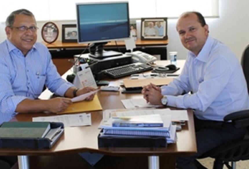Prefeito de Jateí, Arilson Targino com Presidente da Sanesul, José Carlos Barbosa - Foto: Regiane Ribeiro / Assessoria