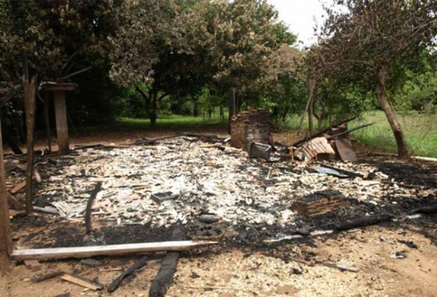 Casa foi totalmente destruída pelo fogo. Foto: Fátima Informa