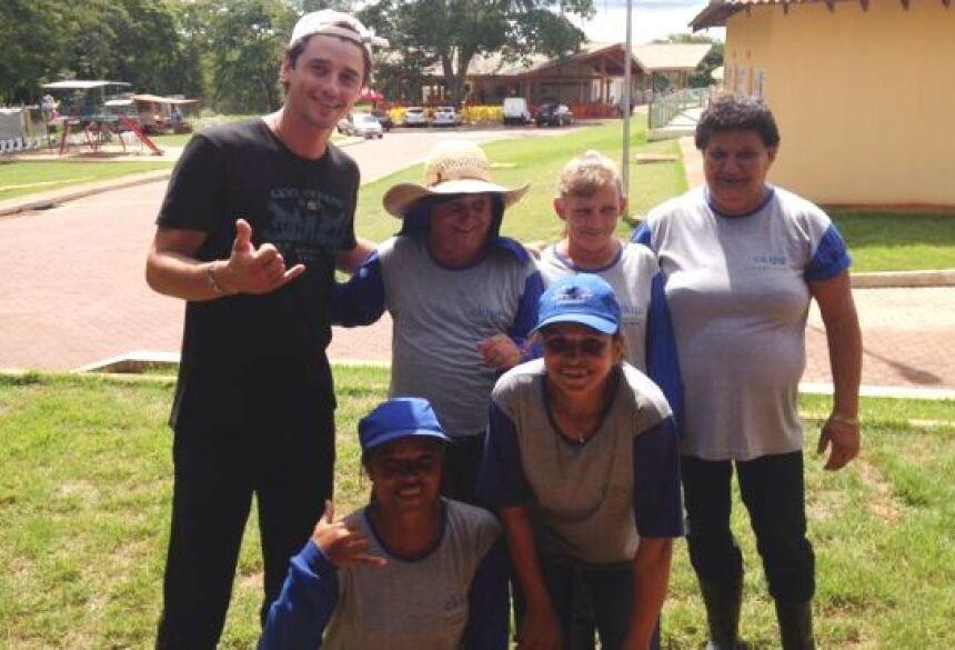 Fael com funcionários de limpeza do Aqua Park em Fátima do Sul - Foto: Assessoria