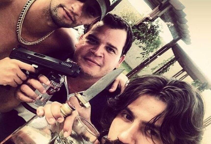 Sertanejos aparecem com armas nas mãos (Reprodução: Instagram)