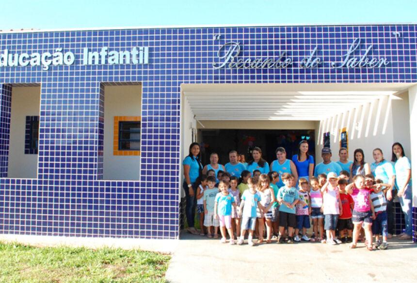 Foto:José Carlos. Crianças e professores no novo prédio da Educação Infantil