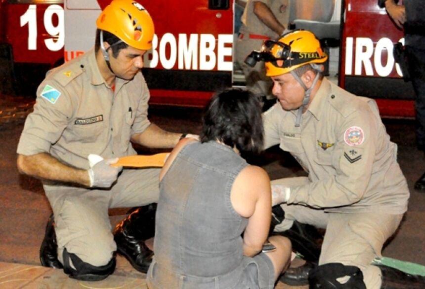 Pedestre sendo atendida por uma equipe do Corpo de Bombeiros de Fátima do Sul - Foto: Ribero Júnior / AgoraNews