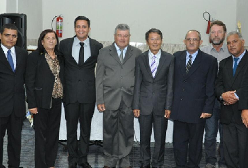 Prefeito Hélio Sato com Vice Valter e os vereadores da Câmara - Foto: Rogério Sanches / Fátima News