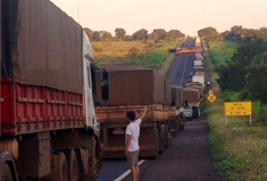Foto: Nova News Com o bloqueio na BR - 267 houve um grande congestionamento