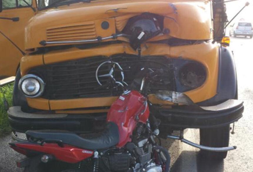 O capacete da vítima ficou cravado na carroceria do caminhão <br> Foto: Tonny Machado/Raízes FM / Reprodução