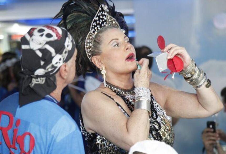 A atriz Vera Fischer retoca a maquiagem em camarote carioca <br>Foto: Fernando Azevedo / Divulgação