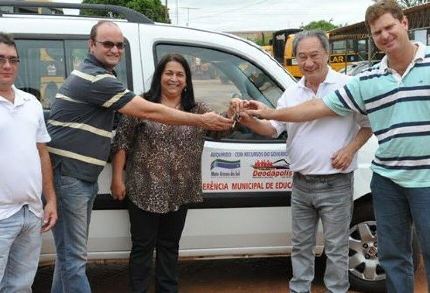 Prefeita com deputado, vereadores e secretário durante recebimento de veículo - Foto: Elinton Santos / Impacto News