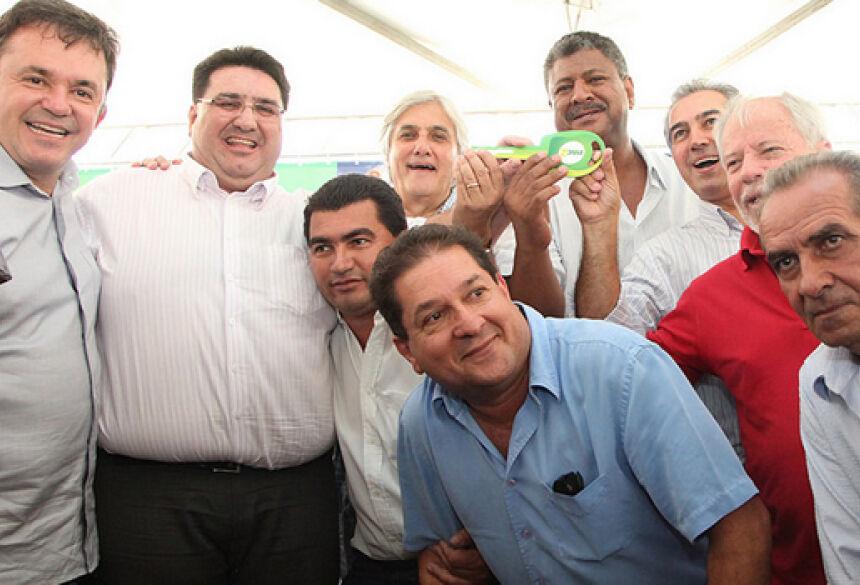 Prefeito Arceno Athas com vereadores recebendo caminhão - Foto: Tião Guimarães