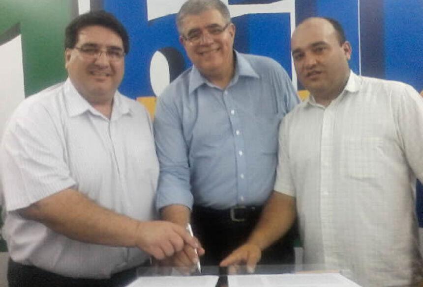Prefeito Arceno Athas com Secretário Marun e Coordenador Maninho durante assinatura na Capital