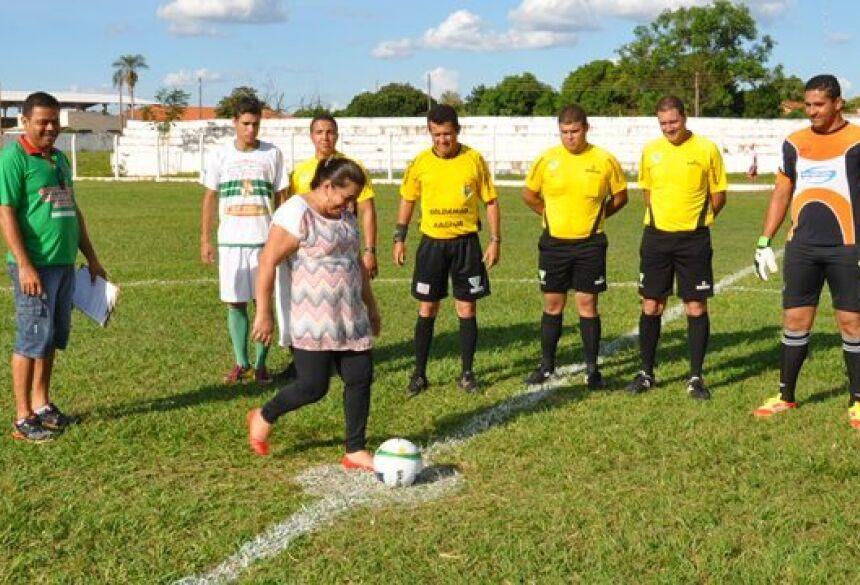 Prefeita Maria Viana dá o pontapé inicial do Amador em Deodápolis - Foto: ELINTON SANTOS / IMPACTO NEWS