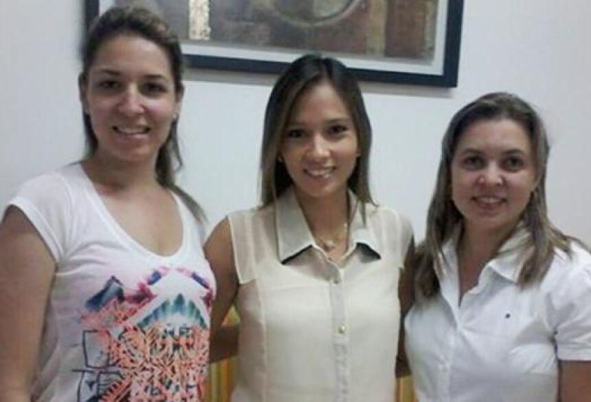 Drª. Aline Okazaki (ao centro), agora atendendo na Fisioclínica em Fátima do Sul - Foto: FÁTIMA NEWS