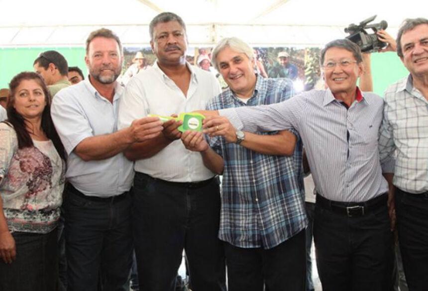 Prefeito Hélio Sato com vice Valter Dalla recebendo caminhão para Vicentina - Foto: Dair Tutão