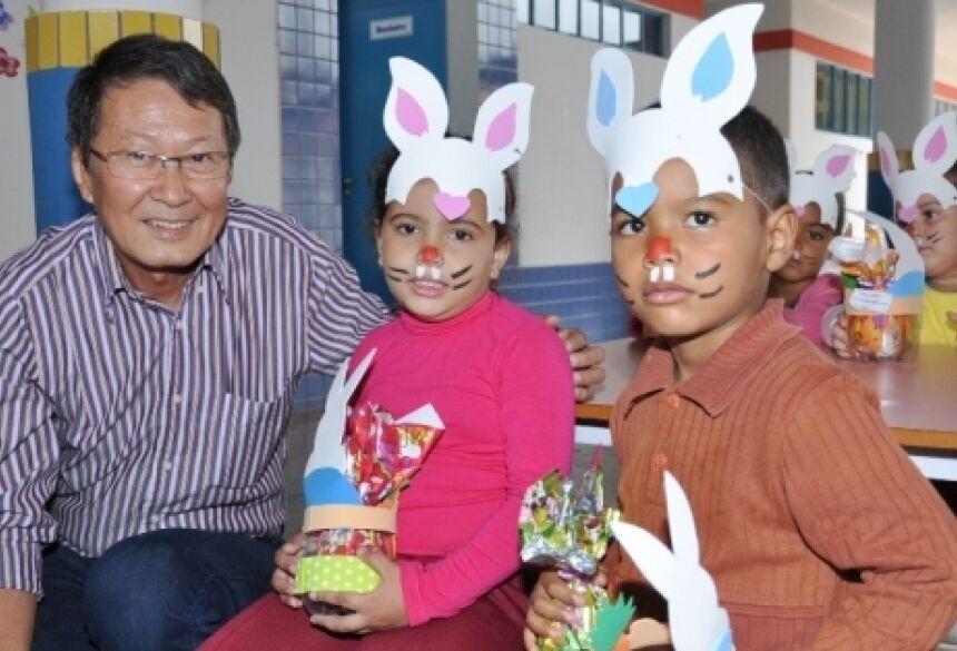 Prefeito Hélio Sato fez a alegria das crianças na tarde de ontem - FOTOS: ROGÉRIO SANCHES / FÁTIMA NEWS