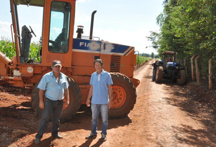 Prefeito Hélio Sato vistoriando o trabalho de cascalhamento - FOTO: ROGÉRIO SANCHES / FÁTIMA NEWS