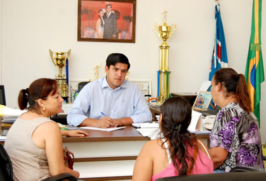 Prefeito Júnior atendendo a população em seu Gabinete - Foto: Ribero Júnior / SiligaNews