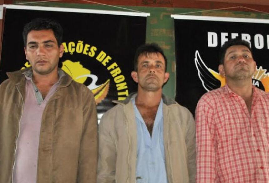 Trio foi preso acusado pelo roubo de um caminhão - Foto: Osvaldo Duarte