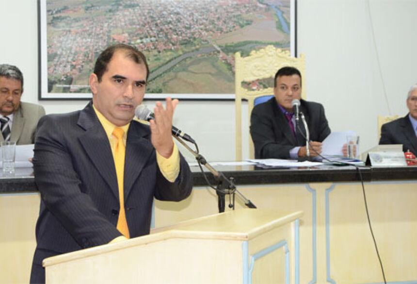 Vereador e Presidente da Câmara de Fátima do Sul, Ermeson Cleber Mendes (PT), apresenta requerimento. FOTO: ROÉRIO SANCHES / FATIMA NEWS