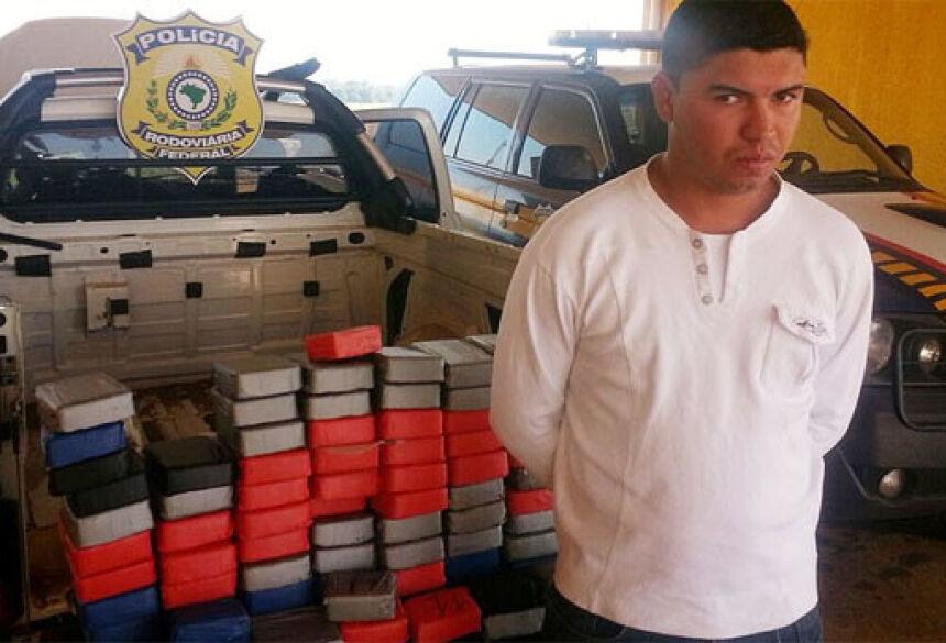 Rapaz foi preso com droga após ser interceptado em uma barreira da PRF na BR-463 (Foto: Adalberto Domingos / TV MS Record)