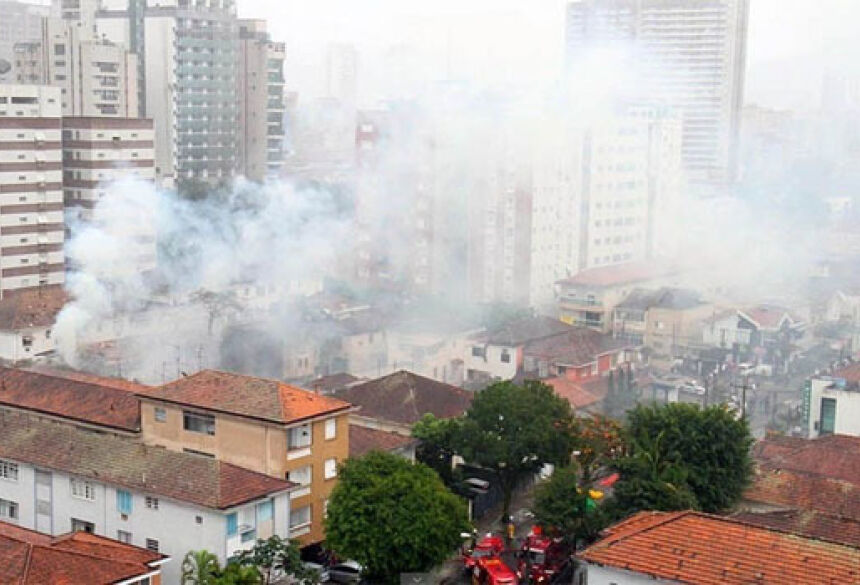 Aeronave caiu sobre uma academia de ginástica na manhã desta quarta-feira, 13, em Santos (Foto: Reprodução Futura Press)