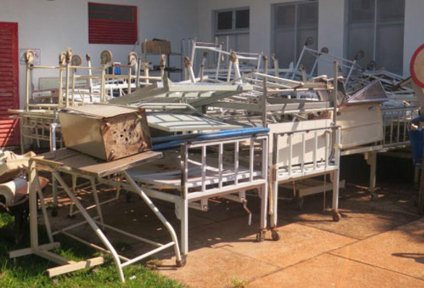 Camas sucateadas que estavam em uso dentro da unidade foram retiradas para reforma (Foto: Thalyta Andrade)