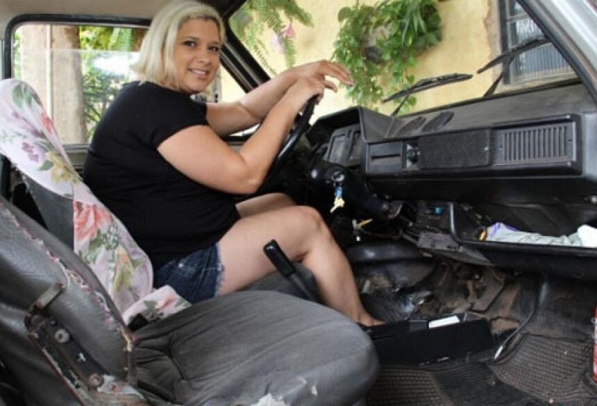 Digitadora tem um carro melhor, o Uno do marido, mas prefere andar no Fiat 147. (Foto: Marcos Ermínio)