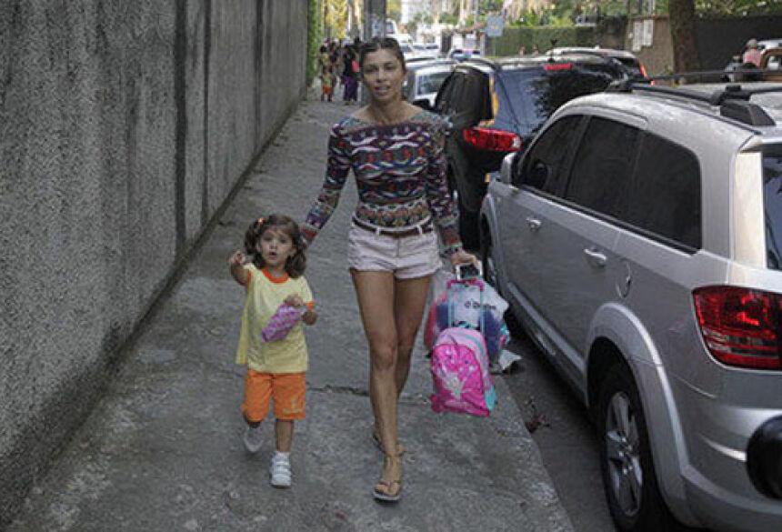 Atriz e sua filha são alvos dos fotógrafos (AgNews)