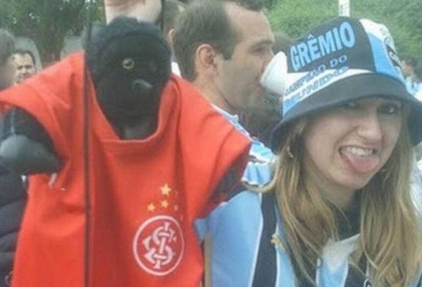 Patricia, que xingou Aranha, posa para foto com um macaco com a camisa do Internacional <br>Foto: Reprodução Twitter / Reprodução Twitter