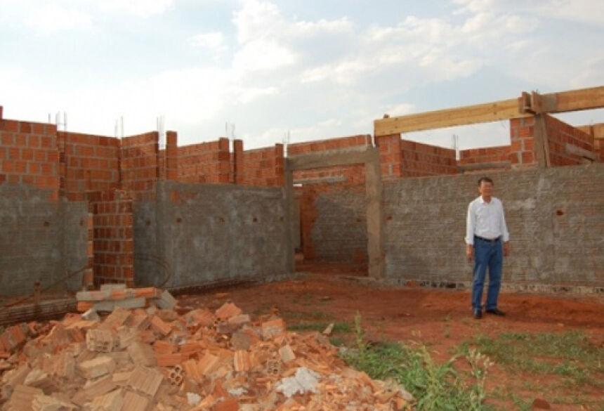 Hélio Sato vistoriando construção da Unidade Básica de Saúde no Bairro no Altos do Barreirão I. <br>(Foto: Renato Vessani / Vicentina Online)