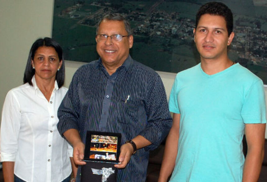 Foto José Carlos  Prefeito recebendo oficialmente o CD com o Hino Municipal de Jateí