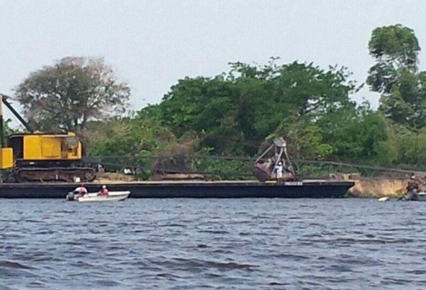 Barco hotel será arrastado até as margens do Rio Paraguai por rebocador (Foto: Rodrigo Grande/TV Morena)