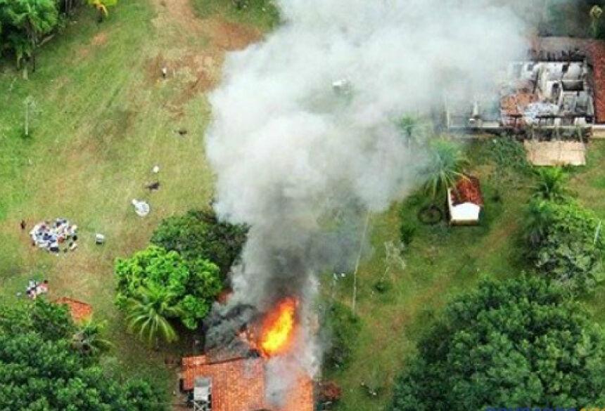 Durante o confronto em 2013, índios atearam fogo na sede da fazenda Burito em Sidrolândia. (Foto: Moisés Palácios/arquivo)
