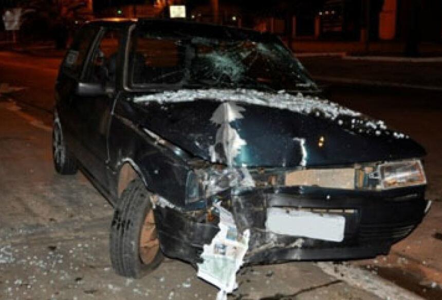 Veículo ficou com a parte dianteira destruída e loja teve prejuízo de mais de R$ 5 mil - Foto: Nova News