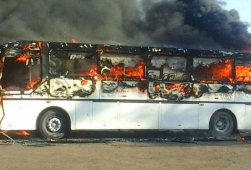Ônibus ainda está sendo consumido pelas chamas (Foto: Direto das Ruas)