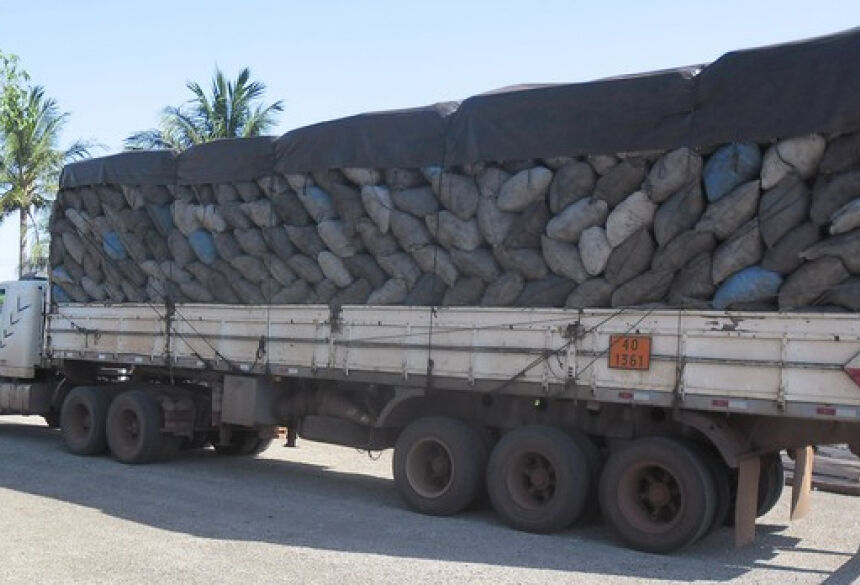 Licença para transporte do carvão estava vencida, segundo a PMA (Foto: Divulgação/PMA)
