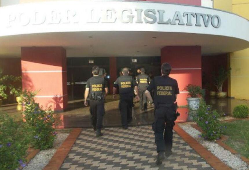 Policiais Federais apreenderam documentos e computadores na Câmara de Navirai. Foto: Cido Costa/DOURADOSAGORA