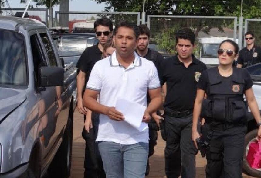 Presidente da Câmara de Naviraí é conduzido por policiais federais (Foto: Osvaldo Duarte/Dourados News)