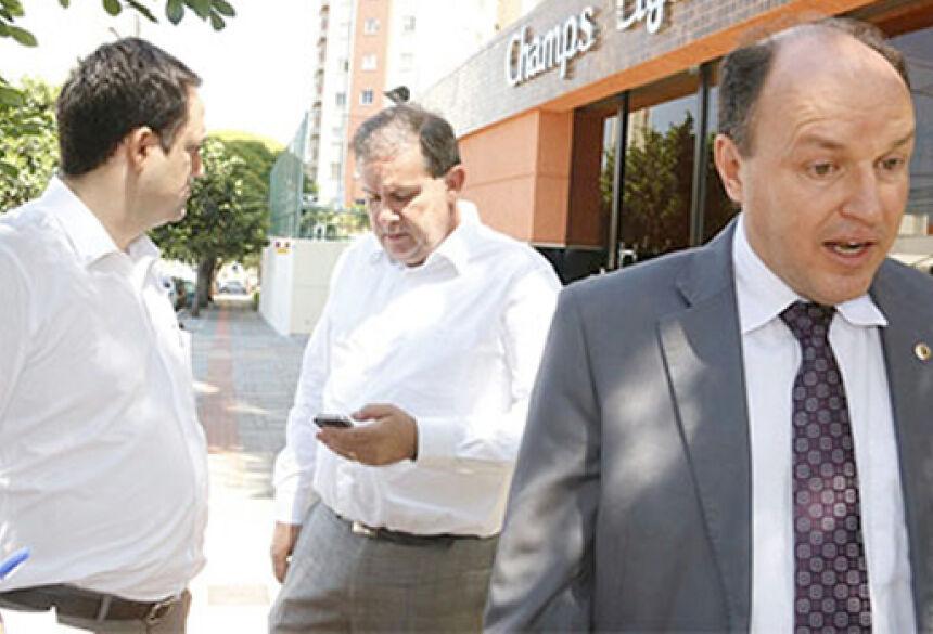 Deputados deixam apartamento de governador após serem liberados para o segundo turno (Foto:Gerson Walber / Mídia Max)
