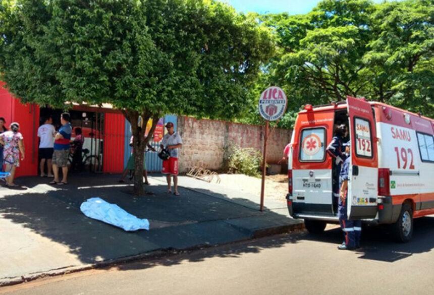 Vítima tentou correr, mas foi atingido e caiu na frente de bar - Osvaldo Duarte / Dourados News