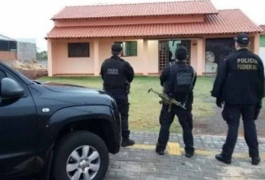 Policiais federais na casa de um dos acusados (Foto: Divulgação/PF)