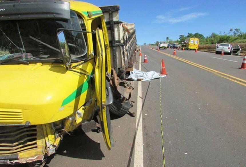 Acidente envolveu carro e caminhão, quatro pessoas morreram e uma ficou grave (Foto: Victor Rodrigues / Coxim Agora)