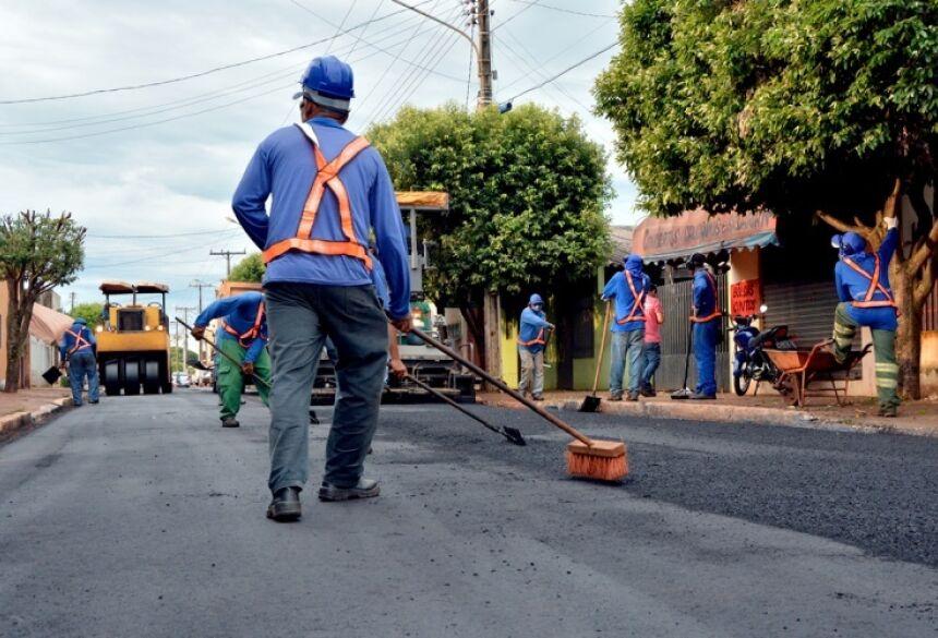 Rua Presidente Vargas recebeu recapeamento na tarde desta quinta-feira (4) (Foto: Ribero Júnior / SiligaNews)