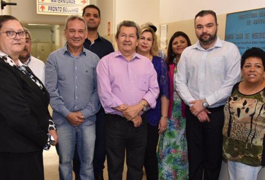 Onevan formaliza a entrega de aparelhos de ar condicionado para a Santa Casa de Naviraí