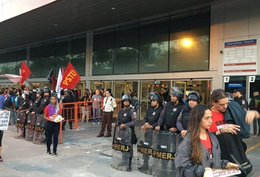 Manifestação não impedia acesso às barcas na estação Araribóia por volta das 5h30 (Foto: Pedro Figueiredo/TV Globo)