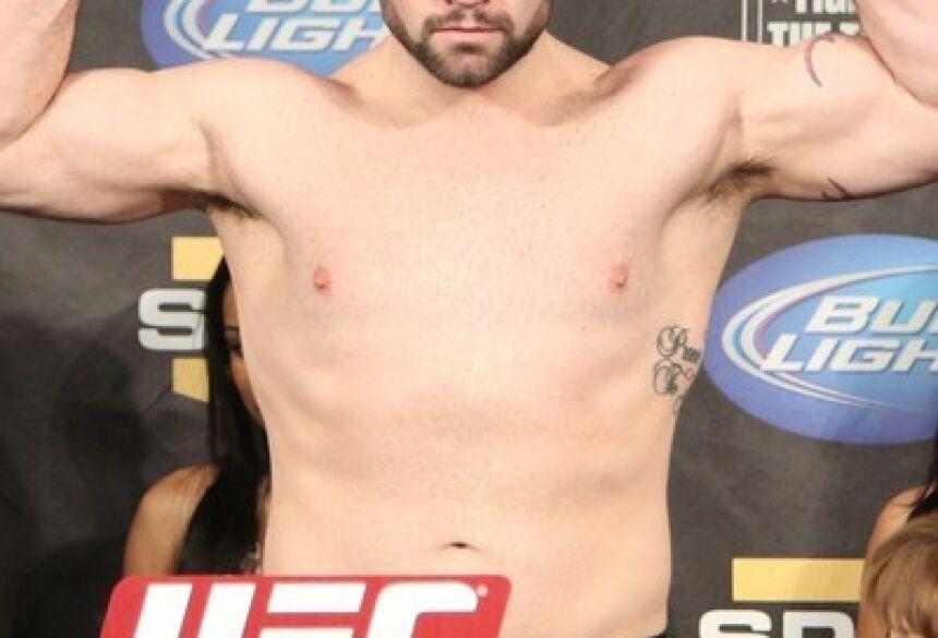 Tim Hague posa na pesagem de uma de suas lutas no UFC, em 2011 (Foto: Getty Images)