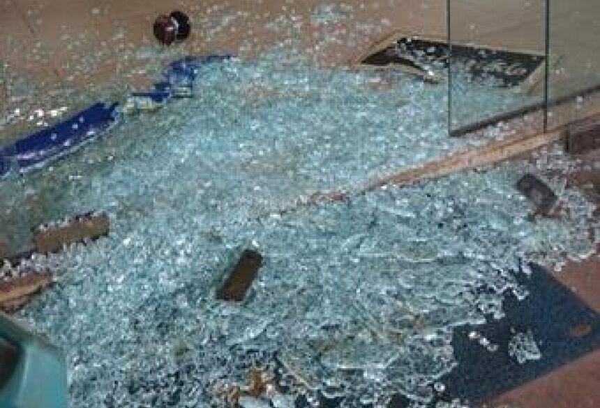 Porta de entrada do escritório ficou destruída - Foto: Impacto News