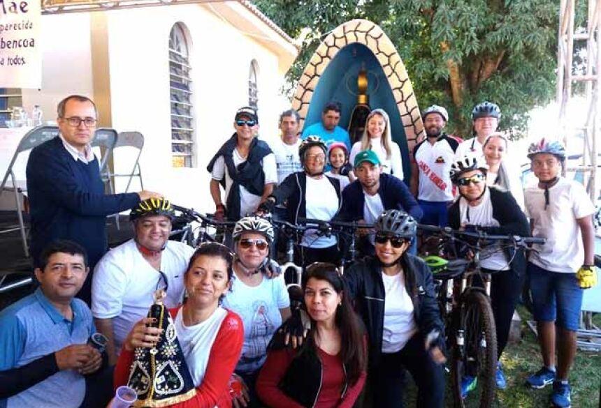 Pe. Ademir com o grupo de ciclistas ocasião da visita da imagem de Na. Sra. Aparecida (foto facebook)