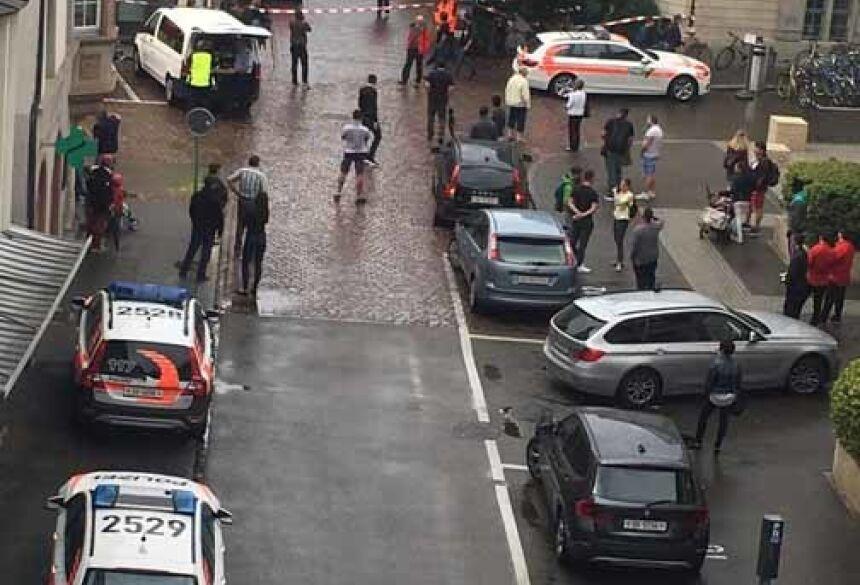 Rua em Schaffhausen, na Suíça, é isolada após ataque (Foto: Sebastian Kummer via Reuters)