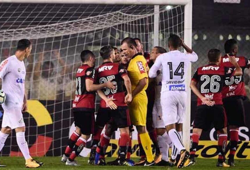 Arbitragem deu pênalti para o Santos e depois voltou atrás