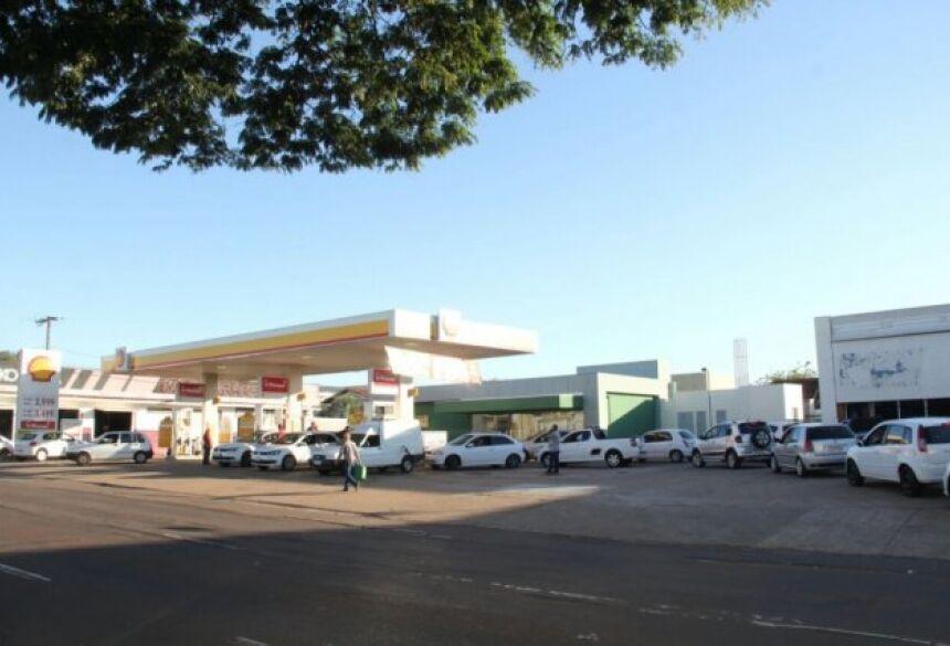 Fila de carros para abastecer pela promoção no preço do litro de gasolina avança pela Avenida Calógeras (Foto: Marcos Ermínio)